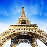 Torre Eiffel sobre el cielo azul Imagen de archivo