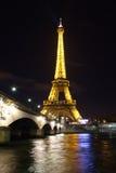 Torre Eiffel sobre el Sena en París imagenes de archivo
