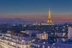 Torre Eiffel sobre la muchedumbre de los tejados Imagen de archivo