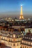 Torre Eiffel sobre la muchedumbre de los tejados Fotos de archivo