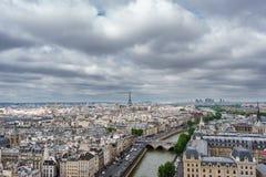 Torre Eiffel sobre París, día nublado Imagen de archivo