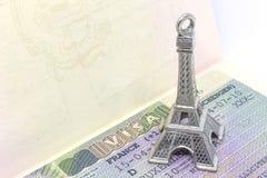 Torre Eiffel sulla fine di visto di Schengen del francese su Immagini Stock