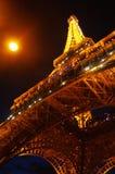 Torre Eiffel teniendo en cuenta la luna imagen de archivo libre de regalías