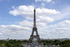 A torre Eiffel uma dos marcos os mais ic?nicos de Paris localizou no Champ de Mars em Paris, Fran?a fotos de stock royalty free