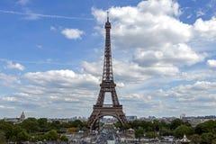 A torre Eiffel uma dos marcos os mais ic?nicos de Paris localizou no Champ de Mars em Paris, Fran?a foto de stock
