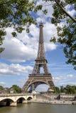 A torre Eiffel uma dos marcos os mais ic?nicos de Paris localizou no Champ de Mars em Paris, Fran?a fotos de stock