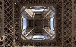 A torre Eiffel uma dos marcos os mais ic?nicos de Paris localizou no Champ de Mars em Paris, Fran?a foto de stock royalty free