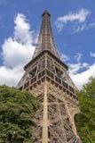 A torre Eiffel uma dos marcos os mais ic?nicos de Paris localizou no Champ de Mars em Paris, Fran?a imagem de stock royalty free