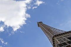 A torre Eiffel uma dos marcos os mais ic?nicos de Paris localizou no Champ de Mars em Paris, Fran?a imagem de stock