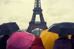 Torre Eiffel variopinta Parigi di giorno piovoso degli ombrelli Fotografia Stock Libera da Diritti