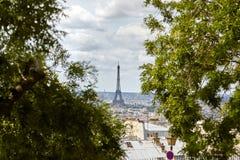 Torre Eiffel vista de la mota Montmartre entre el horizo de los árboles Fotos de archivo libres de regalías