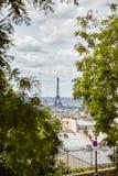 Torre Eiffel vista de la mota Montmartre entre los árboles Verti Imagen de archivo