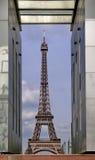 Torre Eiffel vista a través de Mur de la Paix Foto de archivo libre de regalías