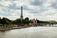 Torre Eiffel y Alexander el tercer puente, París Foto de archivo libre de regalías