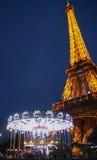 Torre Eiffel y carrusel por noche imagen de archivo libre de regalías
