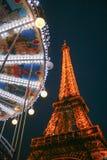 Torre Eiffel y carrusel por noche imagenes de archivo