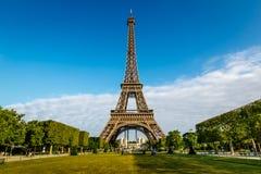 Torre Eiffel y Champ de Mars en París Imágenes de archivo libres de regalías