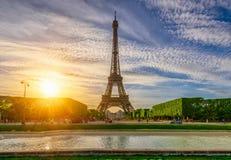 Torre Eiffel y Champ de Mars de París en París, Francia fotografía de archivo libre de regalías