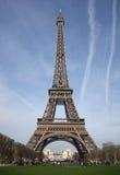 Torre Eiffel y cielos con el exaust s del aeroplano Imagen de archivo libre de regalías