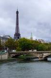 Torre Eiffel y el puente en el Sena imagen de archivo libre de regalías