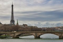 Torre Eiffel y el río Sena en París Fotos de archivo