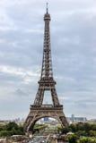 Torre Eiffel y esculturas en Trocadero Imagen de archivo libre de regalías