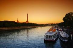 Torre Eiffel y jábega en París Foto de archivo libre de regalías