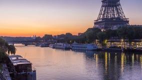 Torre Eiffel y la noche de río Sena al timelapse del día, París, Francia almacen de metraje de vídeo