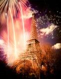Torre Eiffel y x28; París, France& x29; con los fuegos artificiales Imagen de archivo