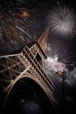Torre Eiffel y x28; París, France& x29; con los fuegos artificiales Fotos de archivo libres de regalías