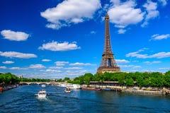 Torre Eiffel y río el Sena de París en París, Francia fotografía de archivo