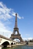 Torre Eiffel y río el Sena en París, Francia Fotos de archivo