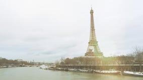 Torre Eiffel y río Sena que desborda París que inunda la llamarada cinemática del sol almacen de video