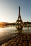 Torre Eiffel y terraplén Cobbled de río Sena en la salida del sol Fotos de archivo