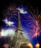 Torre Eiffel y x28; París, France& x29; con los fuegos artificiales Fotografía de archivo libre de regalías