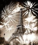 Torre Eiffel y x28; París, France& x29; con los fuegos artificiales Imagen de archivo libre de regalías
