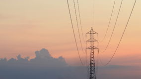 Torre eléctrica con movimiento y puesta del sol de las nubes almacen de video