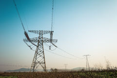 Torre eléctrica de alto voltaje fuerte fotos de archivo