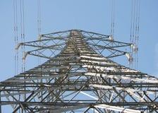 Torre eléctrica de la distribución, mirando para arriba la torre imagen de archivo libre de regalías