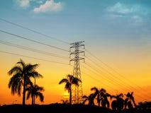 Torre eléctrica de la gran opinión de la puesta del sol Fotos de archivo