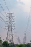 Torre eléctrica de la transmisión con el cielo de la puesta del sol Fotografía de archivo libre de regalías