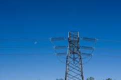 Torre eléctrica de la transmisión con los alambres Foto de archivo
