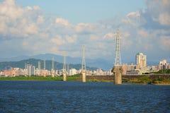 Torre eléctrica en el río Imagen de archivo