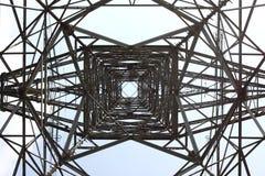 TORRE ELÉCTRICA EN UN CIELO AZUL Imagenes de archivo