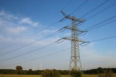 Torre eléctrica y cielo azul Imagenes de archivo