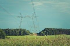 Torre elétrica da transmissão contra o céu azul/torre elétrica da transmissão contra o céu azul toned imagem de stock royalty free