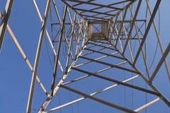 Torre elétrica de abaixo fotos de stock
