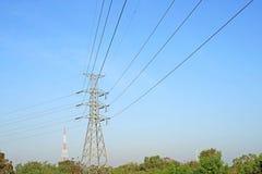 Torre elétrica de alta tensão no fundo do céu fotos de stock royalty free