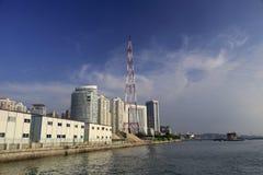 Torre elétrica perto do mar Fotografia de Stock Royalty Free