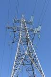 Torre elettrica ad alta tensione contro il cielo Fotografia Stock